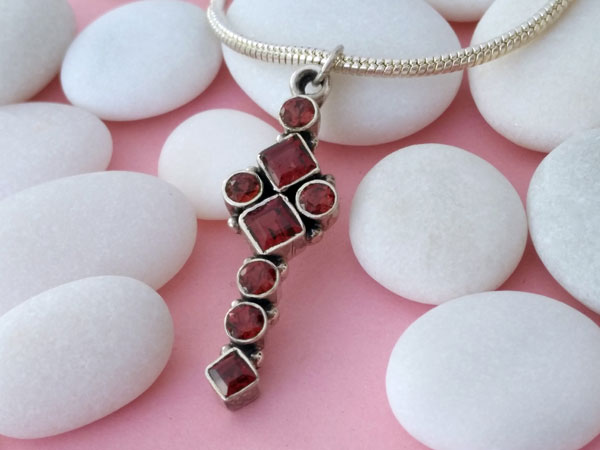 Ethnic pendant elaborated in Sterling silver and Garnet gems.. Foto 2