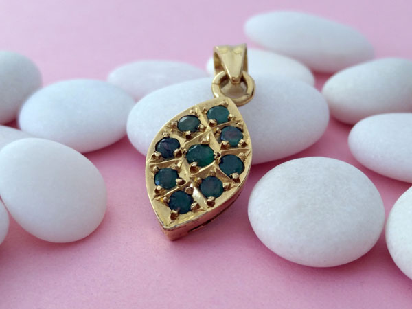 Ethnic pendant of silver and gems of Emeralds.. Foto 2