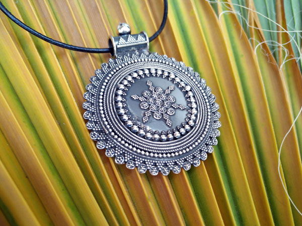 Ethnic Sterling silver pendant.. Foto 2