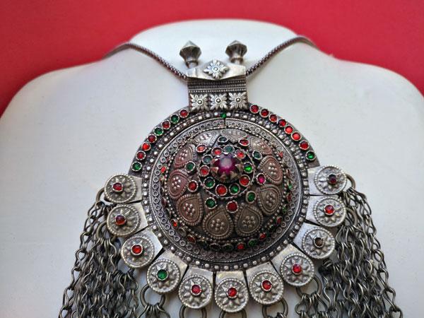 Collar etnico antiguo procedente de Asia central.. Foto 3