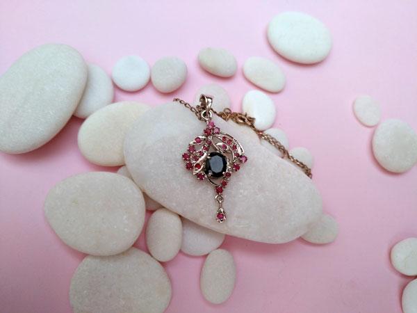 Colgante Victoriano de plata con un zafiro y rubis.. Foto 2