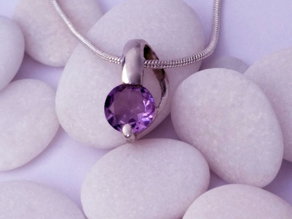 Delicate silver pendant with an amethyst gem.. Foto 1