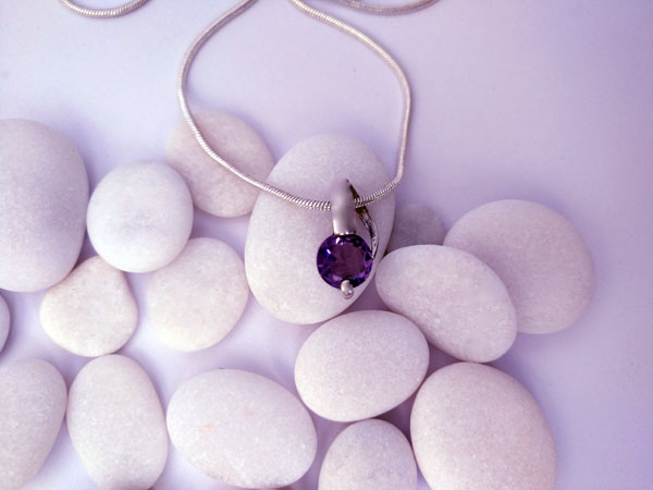 Delicate silver pendant with an amethyst gem.. Foto 2