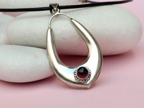 Rajput ethnic pendant made in Sterling silver and garnet.. Foto 2