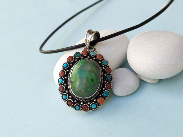 Handmade Tibetan Sterling silver, turquoise and coral pendant.. Foto 1
