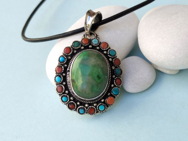 Handmade Tibetan Sterling silver, turquoise and coral pendant.. Foto 2