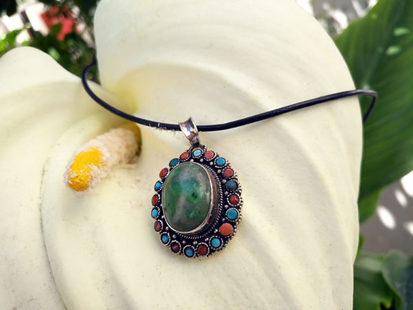 Handmade Tibetan Sterling silver, turquoise and coral pendant.. Foto 3