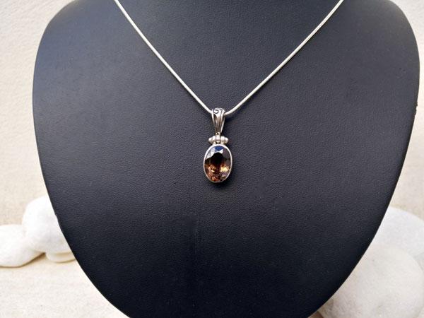 Colgante de orfebreria artesanal con una gema de cuarzo ahumado.. Ref. TZT