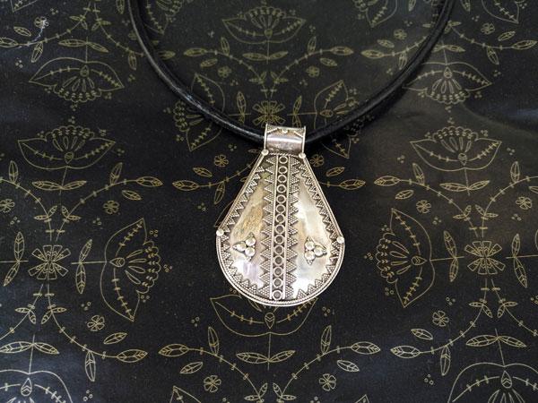 Antiguo colgante de plata etnico de orfebreria artesanal.. Foto 1