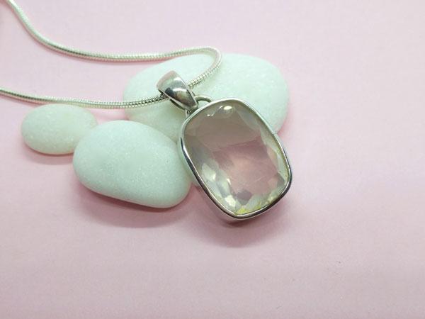Colgante de plata con una gema facetada de cuarzo rosa.. Ref. TZZ
