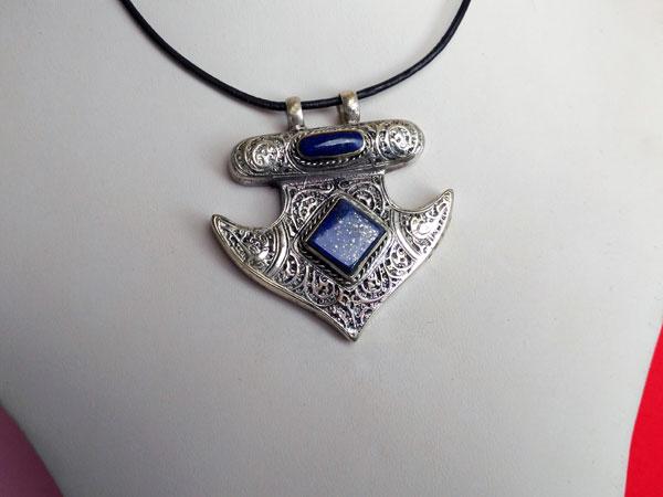 Colgante de Lapis lazuli labrado artesanalmente.. Ref. XAN