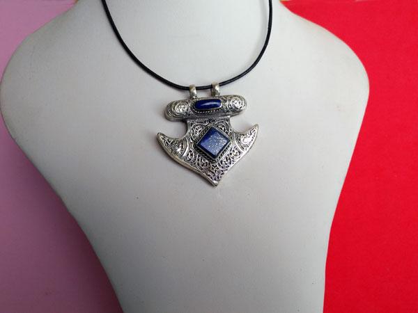 Colgante de Lapis lazuli labrado artesanalmente.. Foto 2
