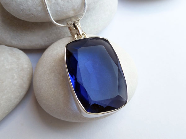 Sterling silver pendant with an Iolite gemstone.. Ref. XAS