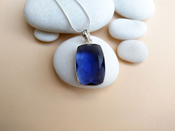 Sterling silver pendant with an Iolite gemstone.. Foto 2