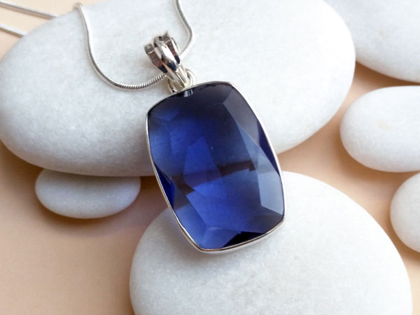 Sterling silver pendant with an Iolite gemstone.. Foto 3