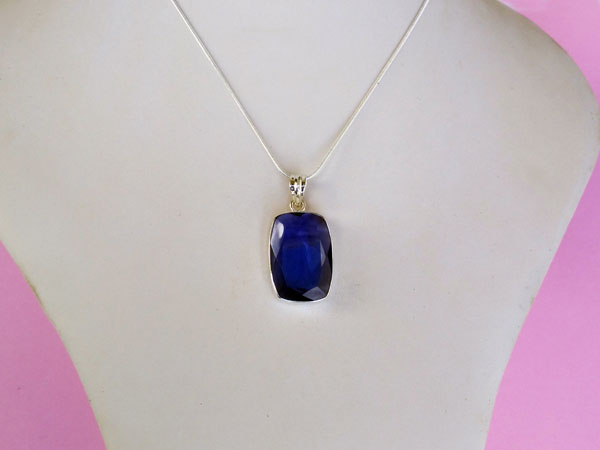 Sterling silver pendant with an Iolite gemstone.. Foto 4