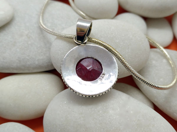 Sterling silver pendant with a ruby gem.. Foto 2