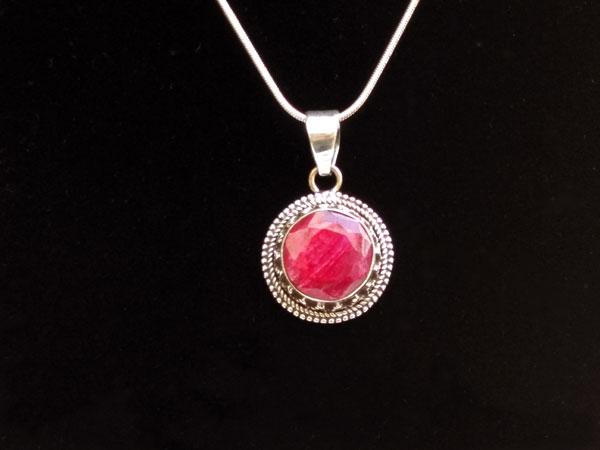 Sterling silver pendant with a ruby gem.. Foto 3