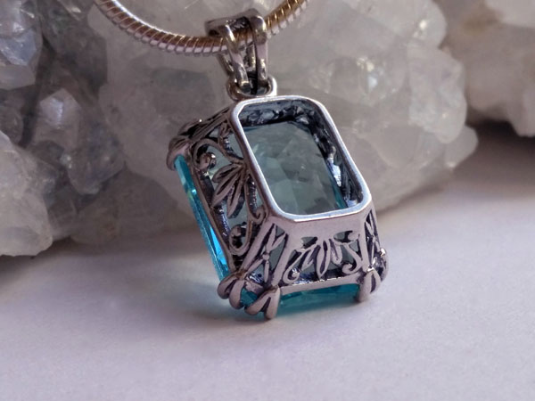 Handmade faceted Bohemian crystal pendant.. Foto 2