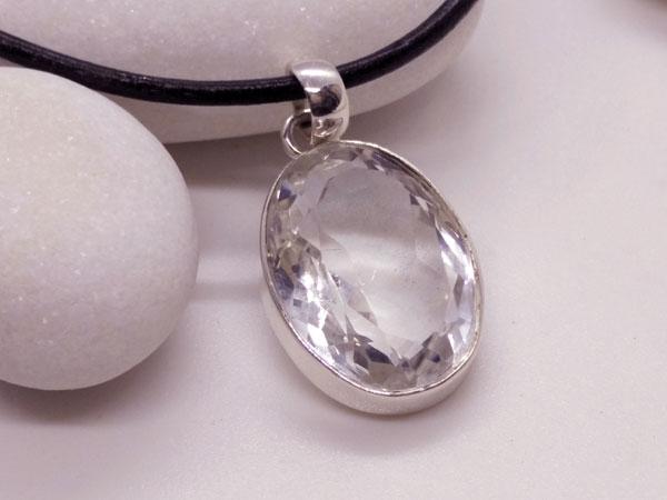 Rock crystal quartz gemstone.. Foto 3