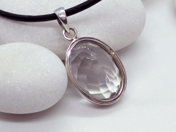 Rock crystal quartz gemstone.. Foto 4