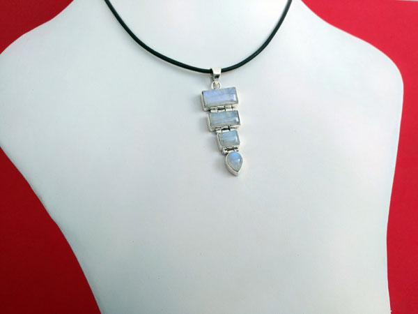 Colgante etnico artesanal de plata y piedra de luna.. Ref. XAX