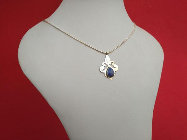 Colgante etnico artesanal con lapis lazuli.. Ref. XBB